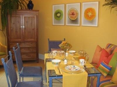 Menjador amb colors càlids